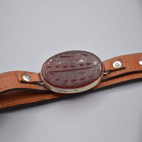 """دستبند چرم مردانه با عقیق قرمز خطی """"آیه و من یتق الله"""" «کد 2085»"""